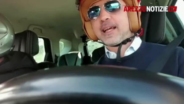 Asfalti da rally in via Calamandrei. Vicesindaco e assessore al volante col casco