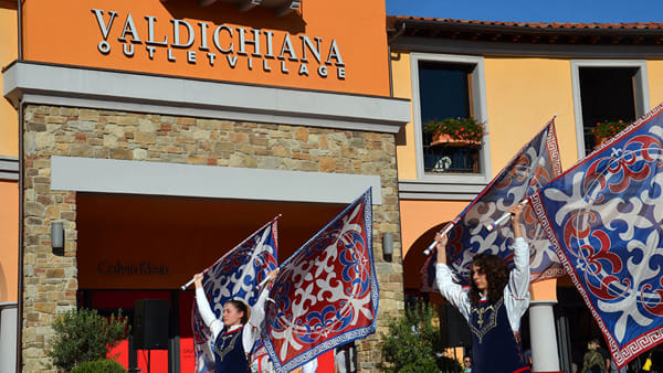 """Rievocando in Valdichiana"", cortei storici e giochi di bandiera all'Outlet Village"