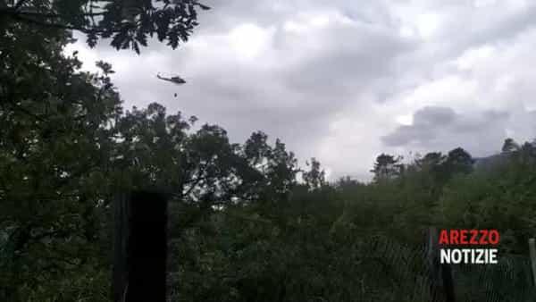 Bosco in fiamme in Valdarno, due elicotteri e squadre dei vigili del fuoco al lavoro