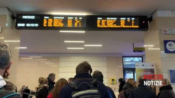 Terremoto Mugello, treni bloccati per ore e ispezioni di 100 operai. L'attesa alla stazione di Arezzo