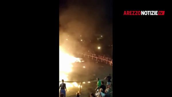 VIDEO | Il falò che esplode alla festa del paese