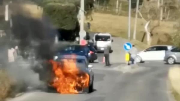 Auto in fiamme, bruciata un'Audi. L'intervento del consigliere comunale e dei vigili del fuoco