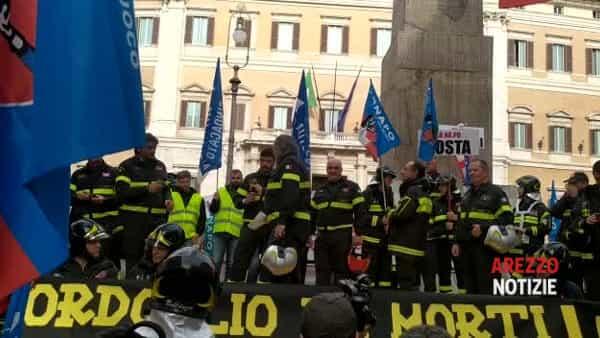 """Il grido del vigile del fuoco aretino sul palco della manifestazione di Roma: """"Non dimenticatevi di noi"""""""