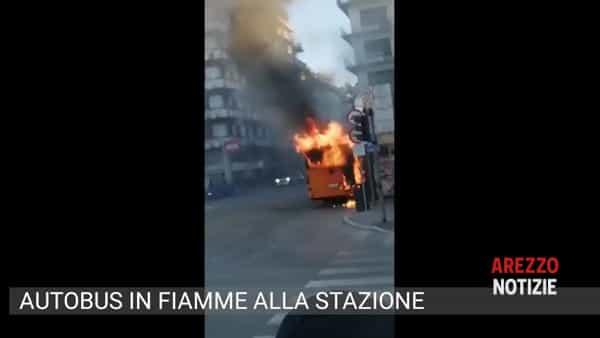 Paura alla stazione, autobus in fiamme alla fermata