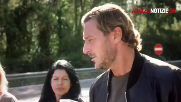 """Francesco Totti in fuga dagli 007 di """"Celebrity Hunted"""" fa tappa ad Arezzo"""
