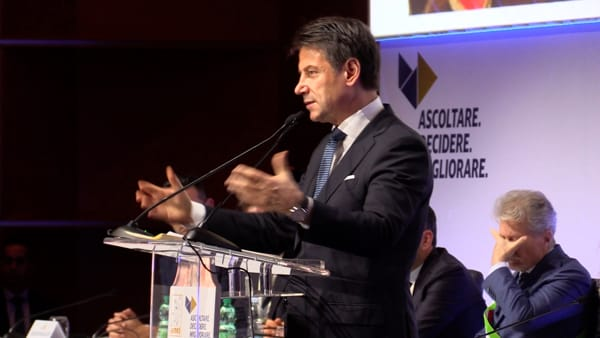 Conte ad Arezzo, le strette di mano con le istituzioni aretine e il suo discorso ai sindaci d'Italia