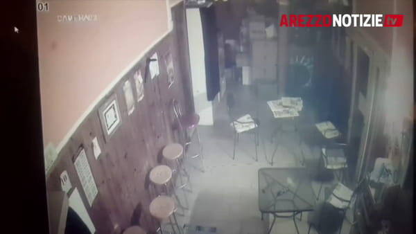 Buttano giù la porta e tentano di svaligiare il Doga's. Le immagini dell'irruzione