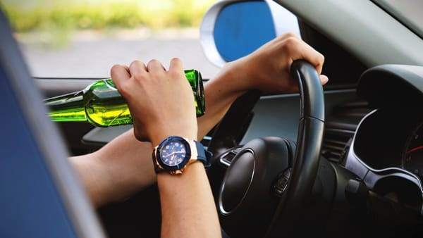 Ubriachi al volante, quando le norme e i divieti non bastano più