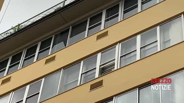 Maltempo, decine di telefonate ai pompieri per allagamenti. Raffiche di vento in città: vetrata cade dal quinto piano