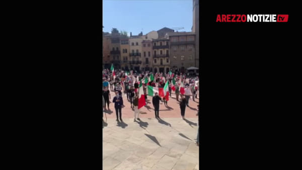 VIDEO | I tricolori sventolano in Piazza Grande per il flash mob del centrodestra