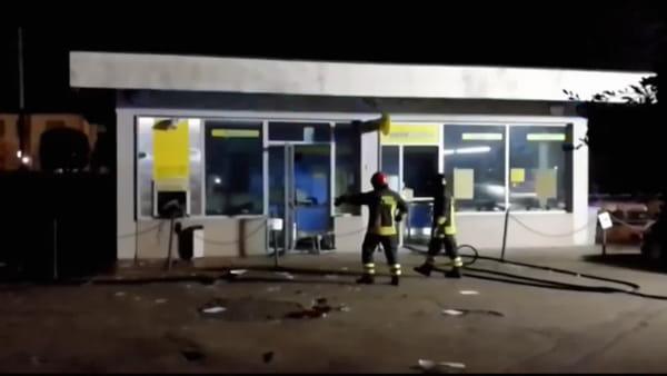 Esplosione nella notte a Pratantico: assalto e incendio alle Poste