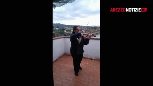 VIDEO | Il flashmob sonoro degli artisti di Arezzo che spalancano le finestre e suonano per i concittadini