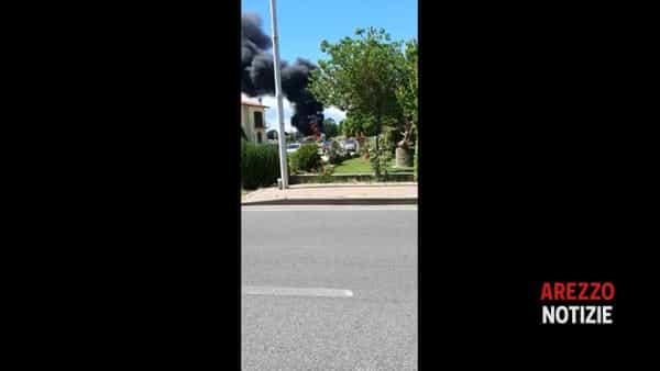 VIDEO | Incendio a La Nave, densa colonna di fumo sopra la Valdichiana