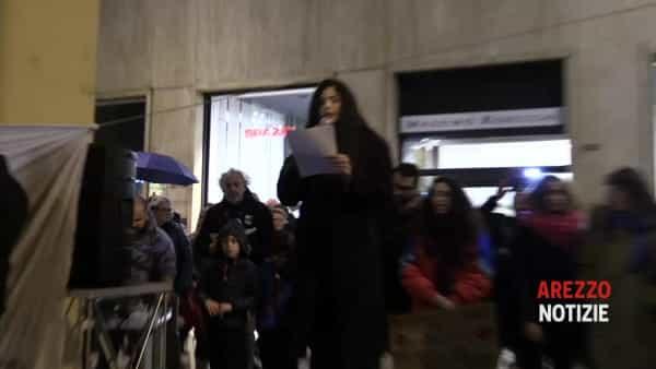 """Le Sardine oltre la pioggia, folla con gli ombrelli alla manifestazione: """"Recuperiamo umanità"""""""