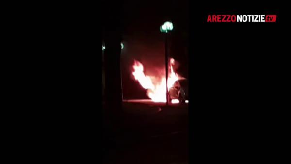 """Auto a fuoco: """"diavolina"""" accesa dietro gli pneumatici. Notte di follia in centro"""