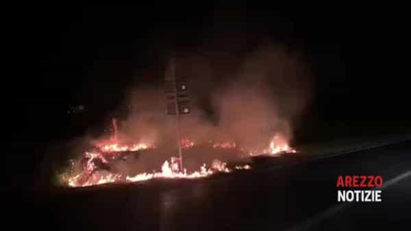 VIDEO | Incendio di sterpaglie tra San Leo e Pratantico