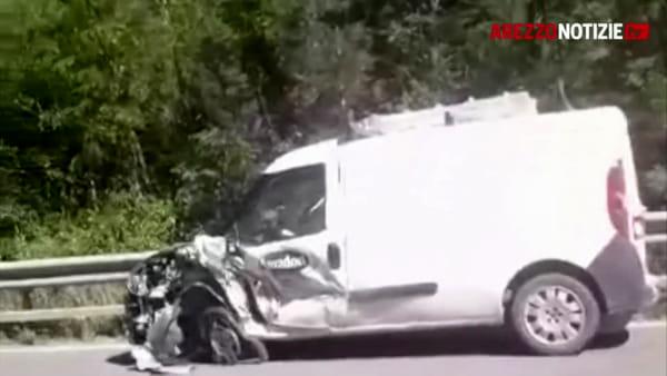 Schianto auto furgone lungo la Ss73: un ferito lieve
