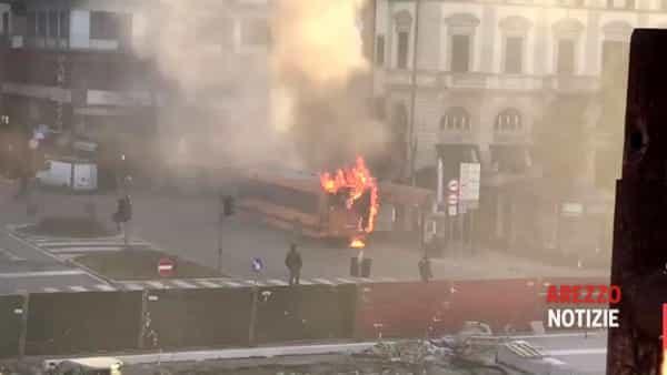 """L'autobus in fiamme e l'arrivo dei vigili del fuoco. Tiemme: """"Mezzo revisionato e sottoposto a manutenzione"""""""