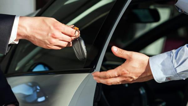 Passione auto: cinque oggetti e strumenti da acquistare o regalare