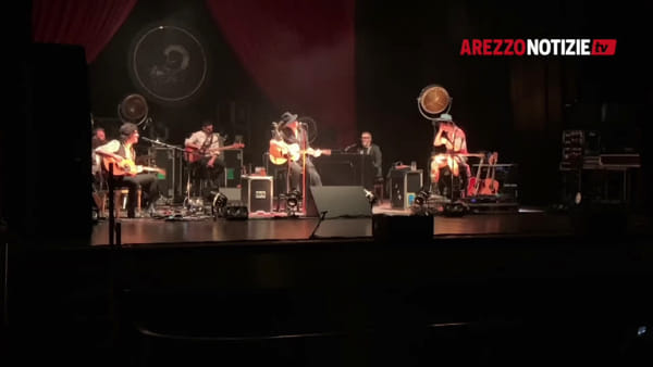 """Negrita show al Petrarca, scatta il tour dei 25 anni. L'omaggio di Pau: """"Arezzo, sei bellissima"""""""