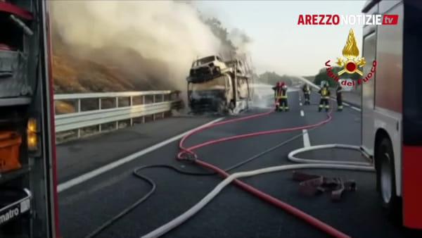 VIDEO | Bisarca in fiamme in A1. Corsia nord bloccata, traffico deviato