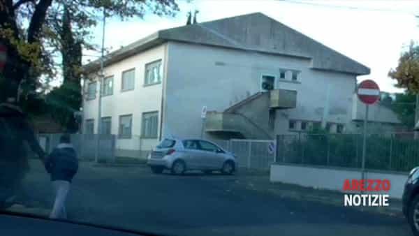 Auto in contromano per portare i bambini a scuola: decine di casi