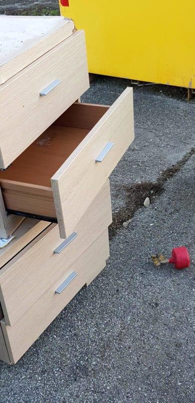 Mobili abbandonati usati come piedistallo per petardi, la ...
