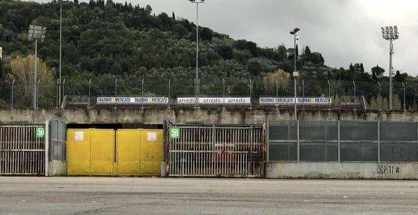 Stadio_Arezzo_sponsor_curva_sud_2019-2