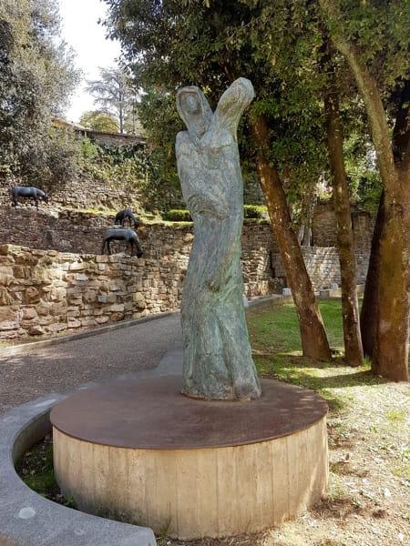 foto 10 - L'opera è incastonata nei giardini del Praticino. Sullo sfondo le pecore bronzee di Karen Wilberding Diefenbach