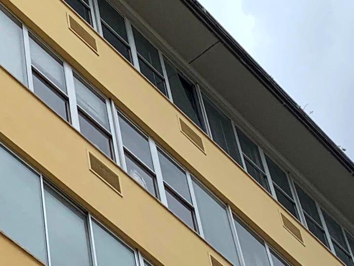 La vetrata del quinto piano rotta